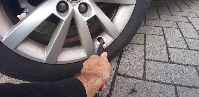 Bijna 9 op de tien Belgen blijkt met banden rond te rijden die niet op de juiste spanning staan. Dat kan je duur te staan komen.