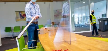 Coronaproof stemmen in Hardenberg: vouwen kun je leren