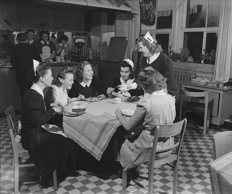 Verkoopsters van de Bijenkorf hebben  pauze (december 1945).  Beeld Alamy Stock Photo