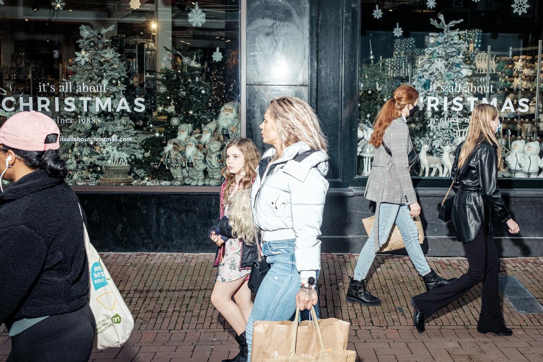 In de Kalverstraat maken de winkeliers zich al op voor de feestdagen. Beeld Jakob van Vliet