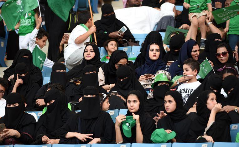 Hun koninkrijk werd vorig jaar 87, en dus werden Saudische vrouwen voor het eerst toegelaten in een voetbalstadion, waar ze concerten en voorstellingen mochten bijwonen. Komende vrijdag mogen ze voor het eerst naar een voetbalwedstrijd. Beeld AFP