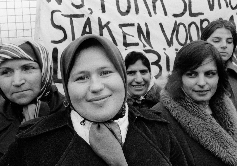 Staking van Turkse vrouwen bij kippenslachterij Ten Dam, Almelo, 1978.