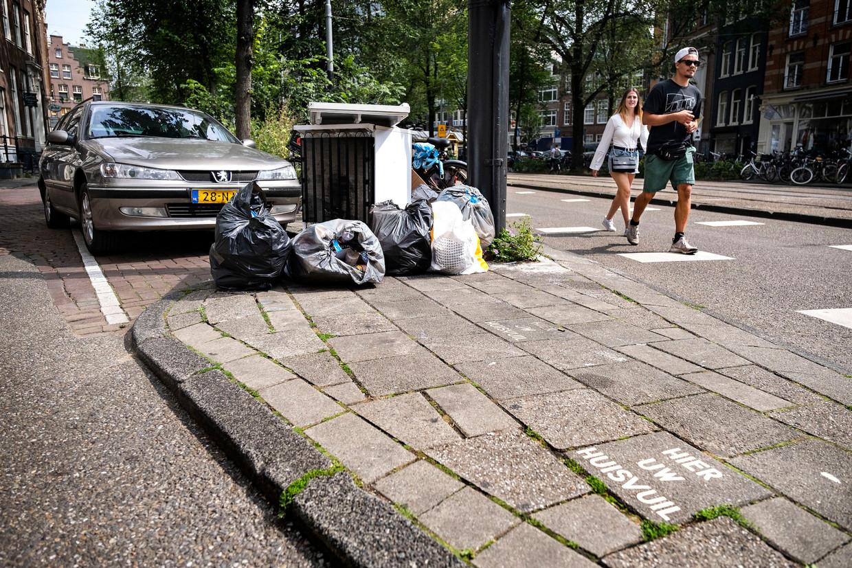 Afval in de straten van Amsterdam. Dit straatbeeld gaat waarschijnlijk vaker voorkomen.