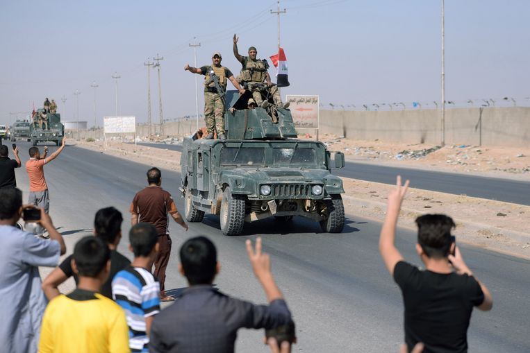 People gather on the road as they welcome Iraqi security forces members, who continue to advance in military vehicles in Kirkuk, Iraq October 16, 2017. Beeld REUTERS