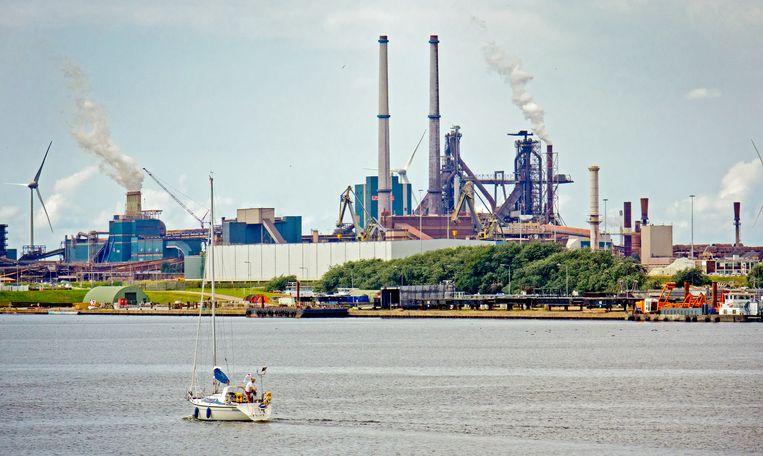 Aan de overkant van het Noordzeekanaal heerst Koning Industrie. Beeld Johan Nebbeling