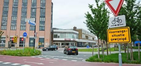 Buurt klaar met gevaarlijke capriolen op Enschedees verkeersplein: 'Kunt erop wachten tot iemand van de fiets wordt gereden'
