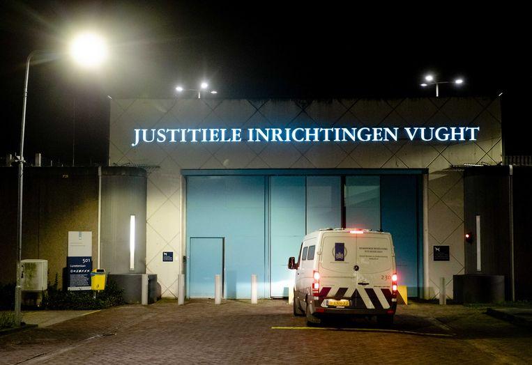 Een arrestantenbus komt aan bij de PI Vught.  Beeld ANP