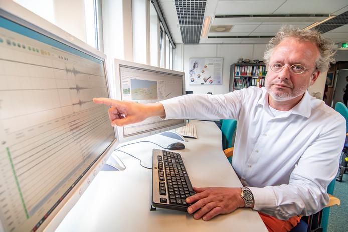 Seismoloog Läslo Evers toont het seismogram van de aardbeving in Groningen bij het KNMI in De Bilt.