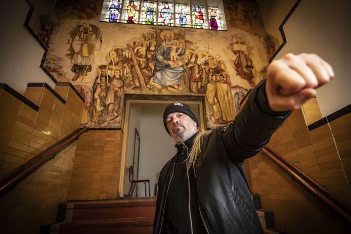 Martin van Drunen, in het Twents Carmel College aan de Lyceumstraat, heeft een strot die klinkt alsof er zojuist kokend lood in is gegoten.