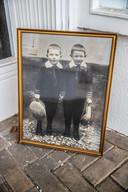 De vader (rechts) en oom van David Levie, op de foto die achterbleef na plundering.