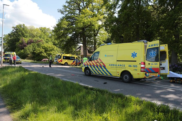 Een snorfietser is om het leven gekomen bij een zwaar ongeval op de kruising van de Zuiderzeestraatweg en de IJsselvlietlaan in Wezep.