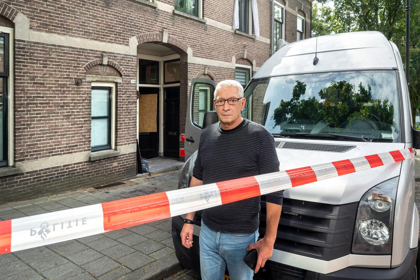Bewoner Boban Jaspers van een huis aan de Oranjestraat in Arnhem is afgelopen nacht over het dak zijn woning ontvlucht nadat brand was ontstaan achter de voordeur.