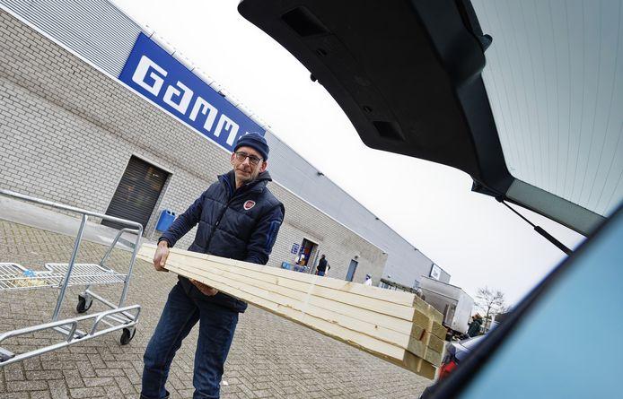 John van Oorschot uit Boxtel laadt opgehaalde latten in zijn auto.