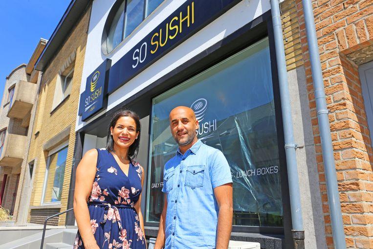 Bachira en Ismael zijn klaar om de deuren van hun sushirestaurant te openen.