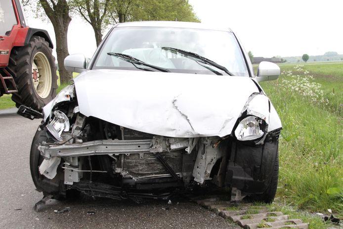 De grijze auto raakte total loss, een zwarte bolide belandde in de sloot