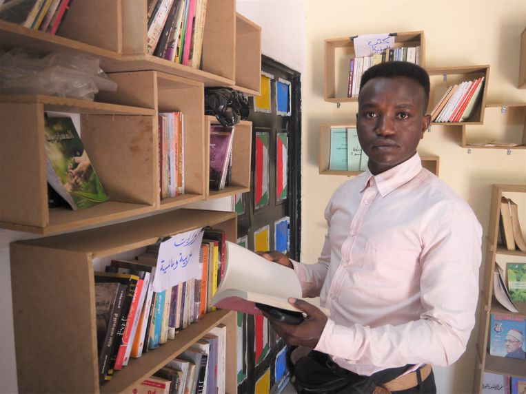 Iris Abdelmonim Ali in de bibliotheek van het weerstandscomité in Abu Adam, Sudan. Beeld Ilona Eveleens