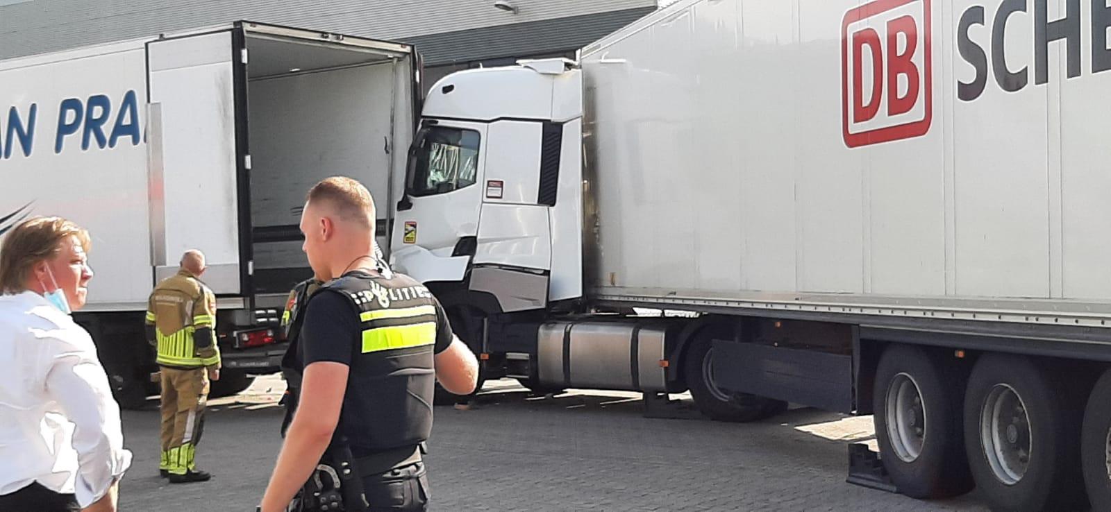 Hulpdiensten bij de beknelde chauffeur in Waalwijk.
