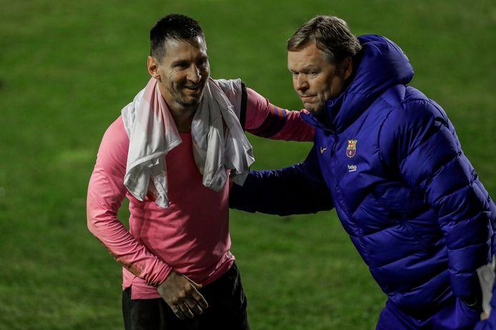 Ronald Koeman feliciteert Lionel Messi met de bekerzege.