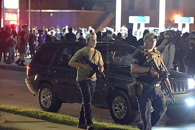 Kyle Rittenhouse (links) vorige week maandag in Kenosha. Hij wordt ervan verdacht 2 mensen te hebben doodgeschoten. Beeld AP