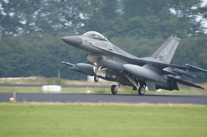 Een F16 op de startbaan in Volkel