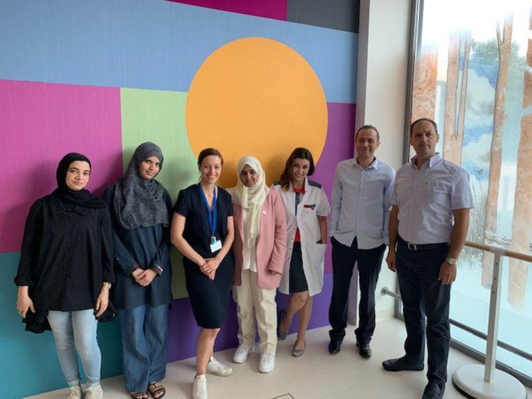 Foto vlnr: Nawal Aswad (Koeweit, kinesitherapeut - Basma Saleh Juma AL Muqaimi (Oman), kinesitherapeut - Ilse Lamers, zorgmanager in het Revalidatie & MS Centrum & postdoc UHasselt  - Azza Saeed  Alkitbi (Verenigde Arabische Emiraten), kinesitherapeut  - Dr. Bernardita Soler (Chili), neurologe  - Mohammed Belguith (Tunesië), ergotherapeut  - Charbel Macari  (Libannon), kinesitherapeut