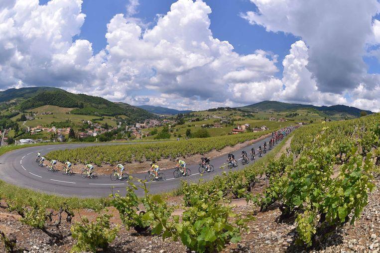 Prachtig panorama in de tweede etappe van de Dauphiné, de renners van Tinkoff mennen het peloton. Beeld TDW