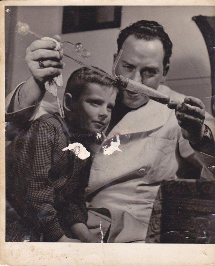 Gerard Gerritsen met zijn vader Wim die een scheikundig proefje doet.