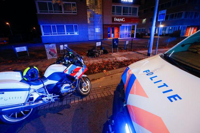 Scooterrijder vlucht voor verkeerscontrole maar rijdt tegen tegemoetkomend politiebusje