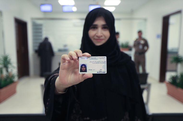 Assistent-professor Tahani Aldosemani van de Prince Sattam Bin Abdulaziz University was een van de tien Saudische vrouwen die maandag een rijbewijs ontvingen.  Beeld EPA
