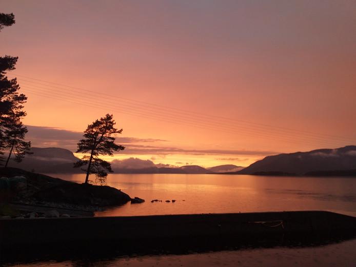 Elke avond geniet Yvonne Kievit Derksen uit 's-Gravendeel met haar partner van deze schitterende zonsondergang in het Noorse Fjone, waar ze zes maanden op vakantie zijn.