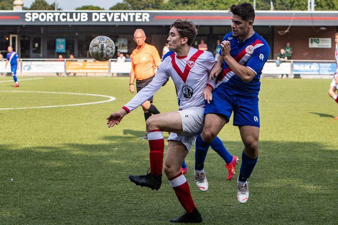 Seb Moody zorgde in Harfsen voor de derde treffer van Sportclub Deventer, dat een ruime zege liet noteren.