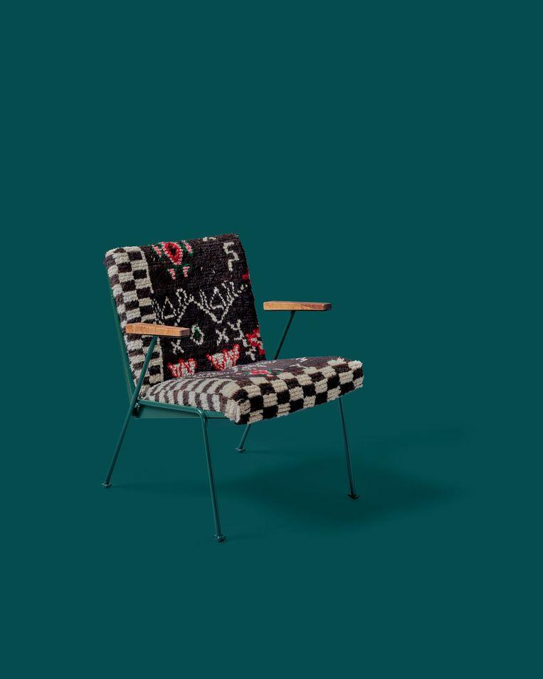 Rietveldstoel bekleed met berbertapijt van Mina Abouzahra. Beeld