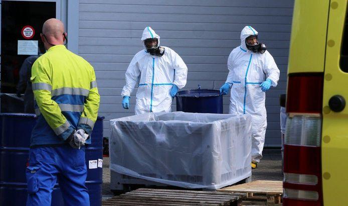 Mannen in beschermende kleding voeren de drugs in Boxtel af.