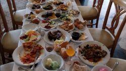 """""""Ze plunderen het buffet, eten drie happen en dan zijn ze weg. Schandalig hoeveel voedsel verspild wordt in dit all-inhotel"""""""