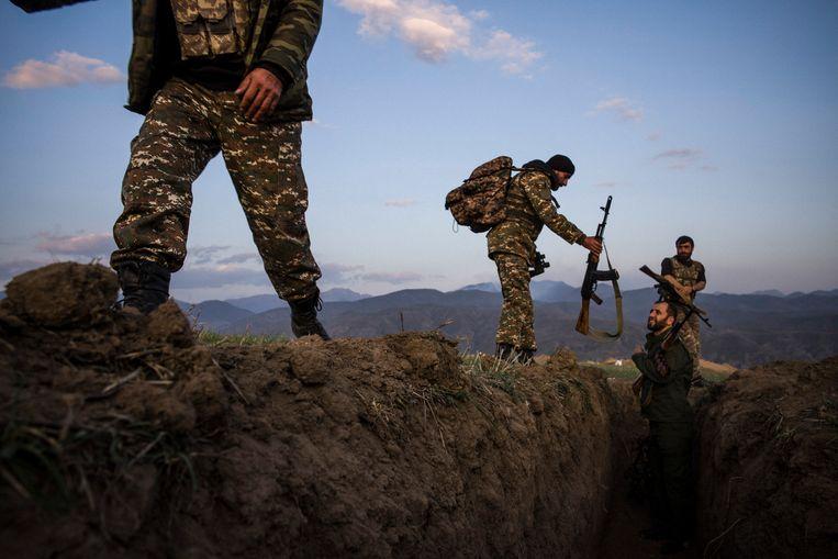 Soldaten aan de Laçin-corridor, de bergpas die de verbinding vormt tussen Armenië en Nagorno-Karabach.  Beeld OLIVIER PAPEGNIES