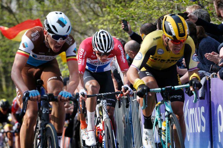 Mathieu van der Poel springt op het wiel van Wout van Aert. Ook Oliver Naesen is mee.