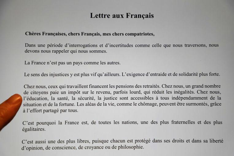 Een brief die president Macron schreef aan de Fransen. Volgens de inclusieve spelling had er 'Cher.e.s Français.e.s' moeten staan. Beeld AFP