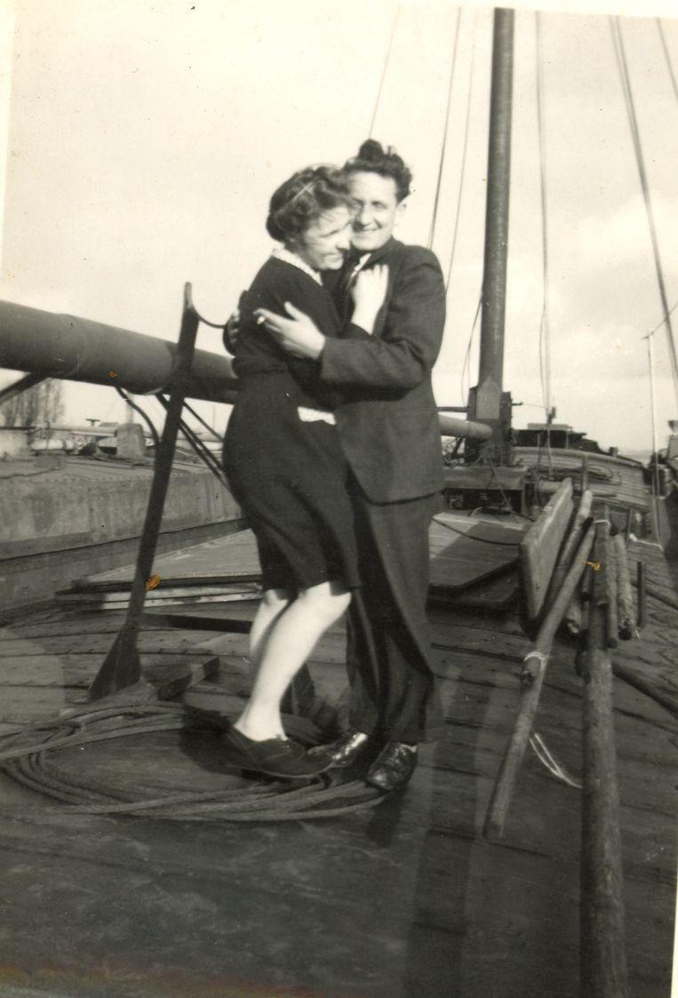 De ouders van Jan op een binnenschip in 1947. Beeld Archief Jan Vanriet