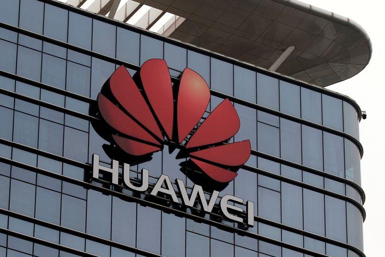 Het logo van Huawei op een fabriek in China.