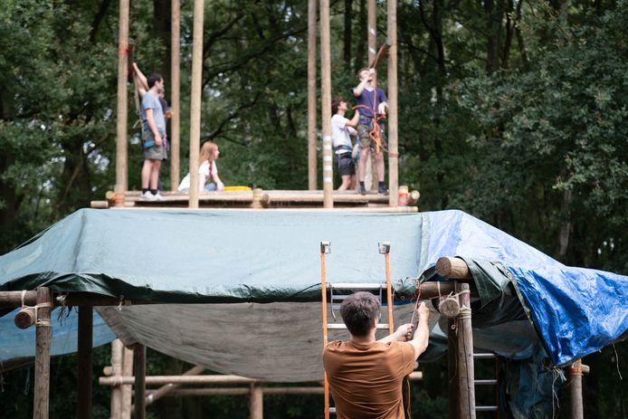 De scouts van Lier sjorren de tenten in mekaar voor de Super Trouper fuif van nu vrijdag.