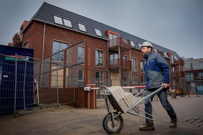 Er wordt hard gewerkt aan de nieuwbouw in opdracht van woningcorporatie Woonwaarts op de hoek Kerkplein/Bongerdstraat in Beuningen. ,,Dat is eind februari een heel eind klaar'', zegt uitvoerder van Giesbers Bouw Robert-Jan Reijnen (foto). Er komen 20 appartementen in van Woonwaarts en 10 voor Zorggroep Maas en Waal