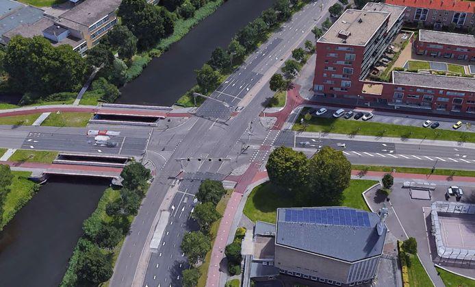 Op de kruising van de Van Randwijcklaan met de Ringweg Kruiskamp rijdt de verdachte over de verkeerde rijstrook door rood en rijdt daarbij bijna een fietser dood. Het slachtoffer raakt zwaar gewond.