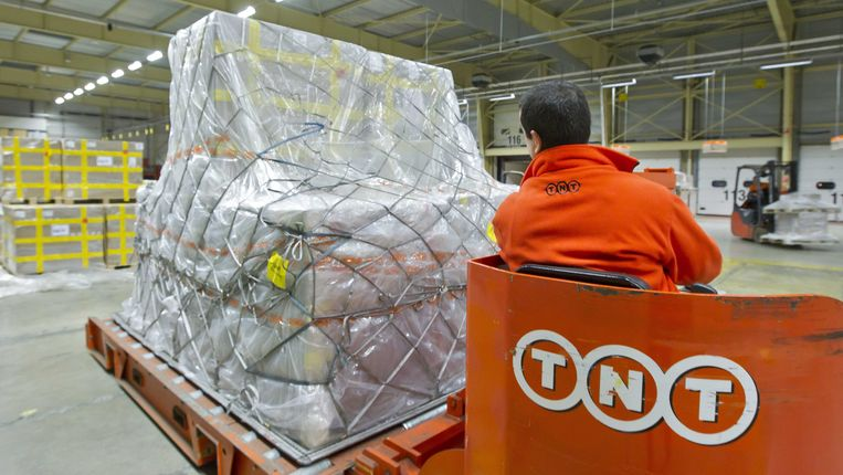 Een logistiek bedrijf als TNT of UPS wil natuurlijk zoveel mogelijk van zijn busjes met logo in de straten, want dat is gratis reclame. Maar erg praktisch of ecologisch is het niet. Beeld ANP XTRA