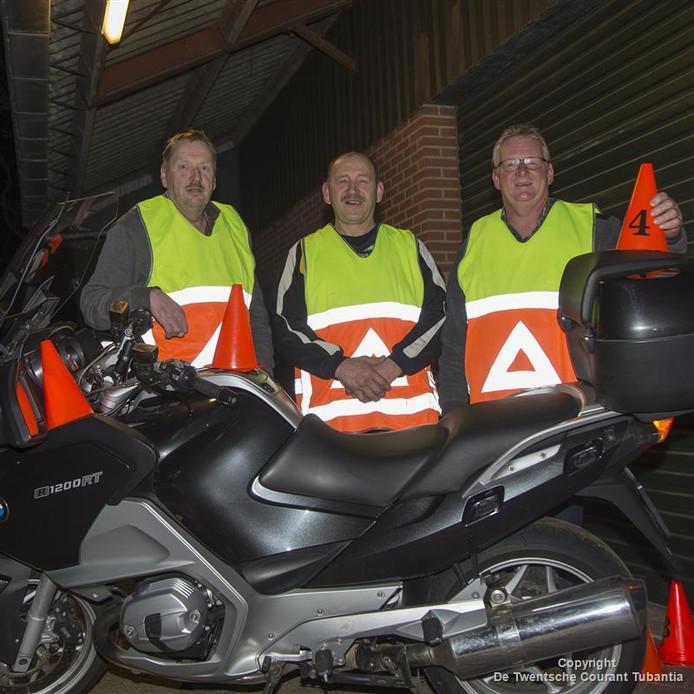 Anton Reilink, Egbert Jansen en Gerrit Lubbersen zorgen voor een soepele verkeersstroom.<br />De vaders als verkeersregelaars.