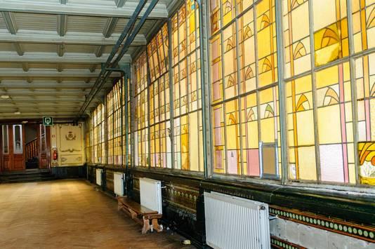 Onder meer alle glas-in -loodramen zullen worden verwijderd en gerestaureerd.