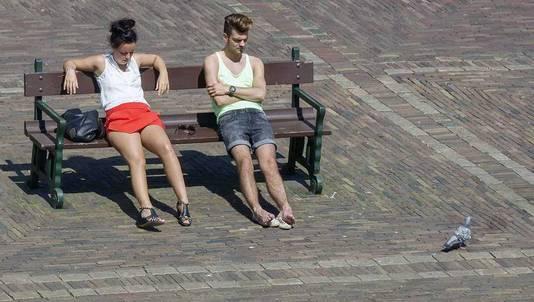 Een jongen en een meisje op het Binnenhof in Den Haag.