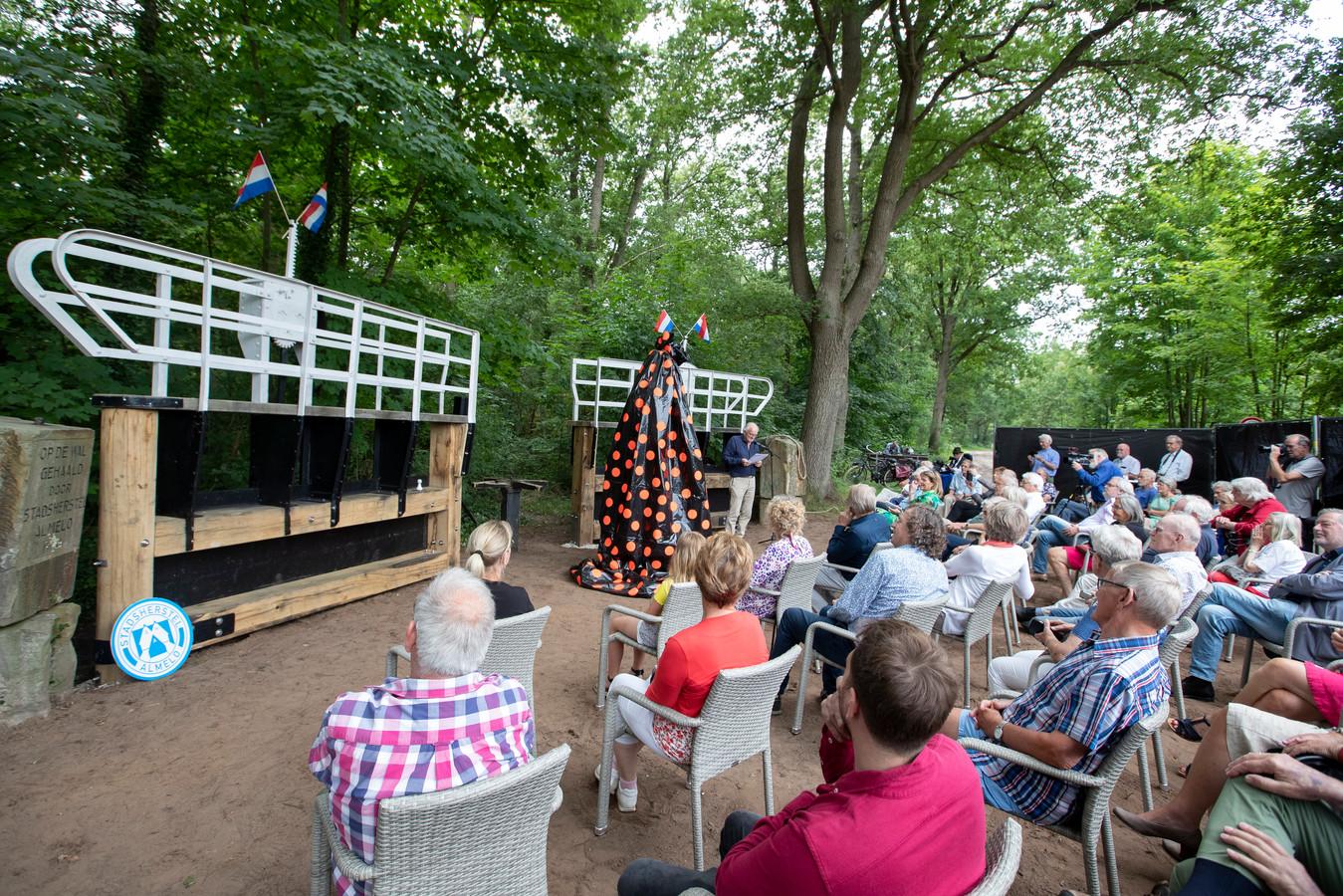 Bestuurslid Jan Voskamp van Stichting Stadsherstel vertelt aan de genodigden het verhaal van de gerestaureerde sluispoorten.
