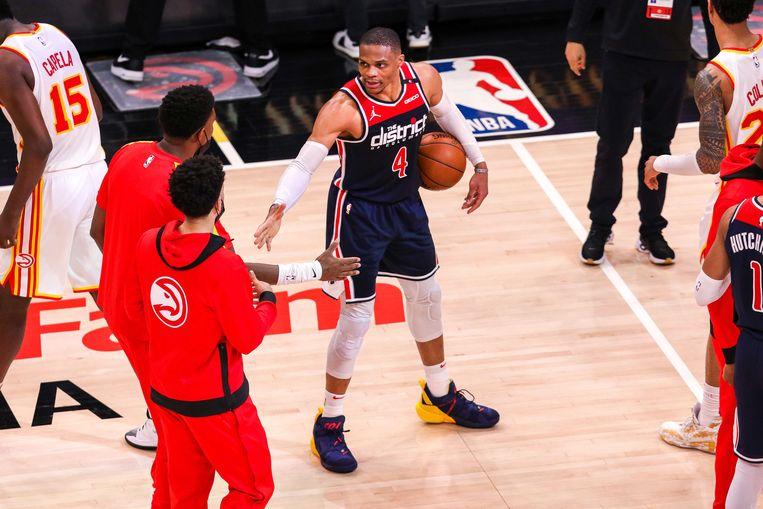 Russell Westbrook (Washington Wizards) krijgt felicitaties van de Atlanta Hawks-spelers na zijn 181ste triple-double in de NBA. Beeld AFP