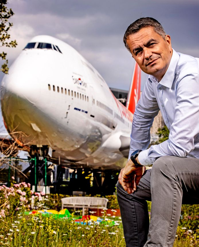 Portret van CEO van Corendon Atilay Uslu voor de Boeing in de tuin van het Corendon Village Hotel, het grootste hotel van de Benelux.