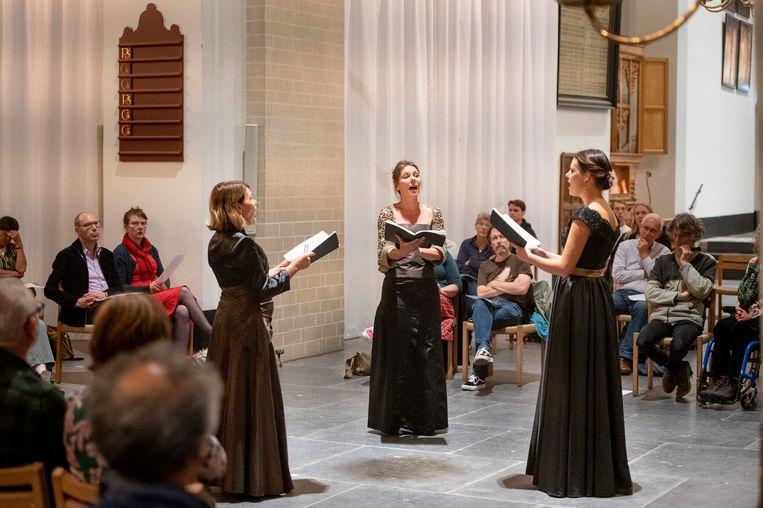 Margot Kalse, Esther Kronenburg en Marijke Meerwijk zingen middeleeuwse muziek tijdens het slotconcert van het Festival Oude Muziek in de Nicolaikerk, Utrecht. Beeld Jelmer de Haas